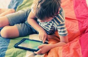 autismo-bimbo-con-tablet