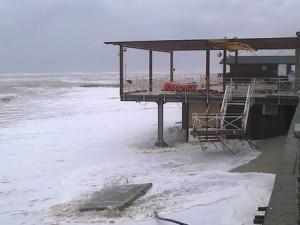 I danni provocati dalle violenti mareggiate sulla costa ionica del reggino
